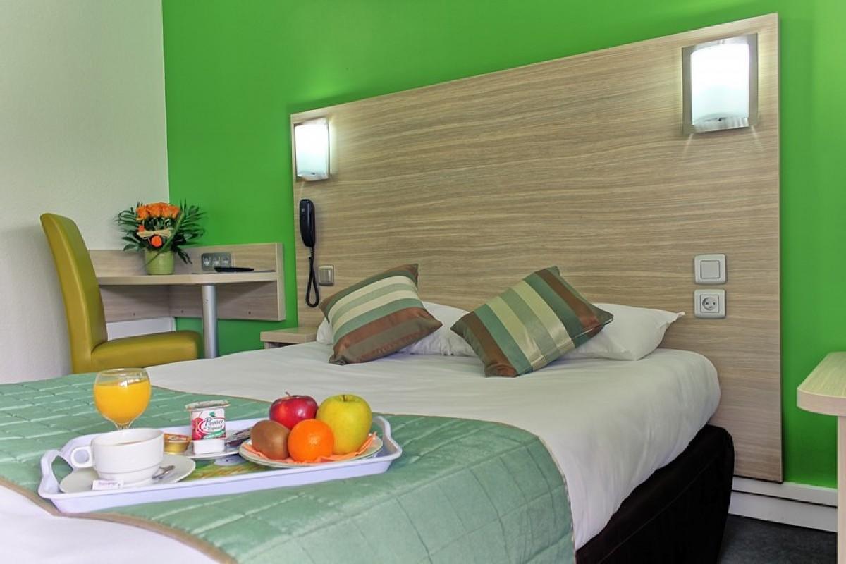 Chambre tout confort avec un grand lit