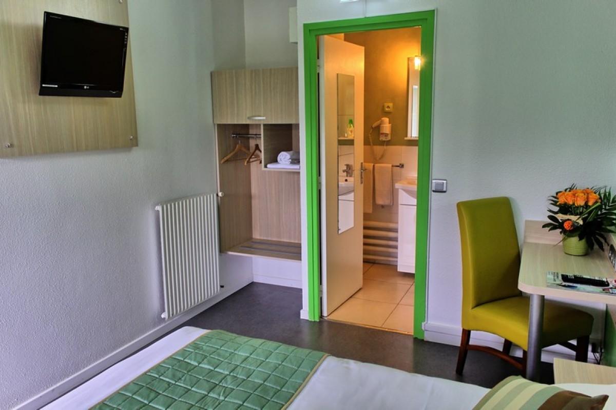 Chambre avec salle de bain prive avec douche à l